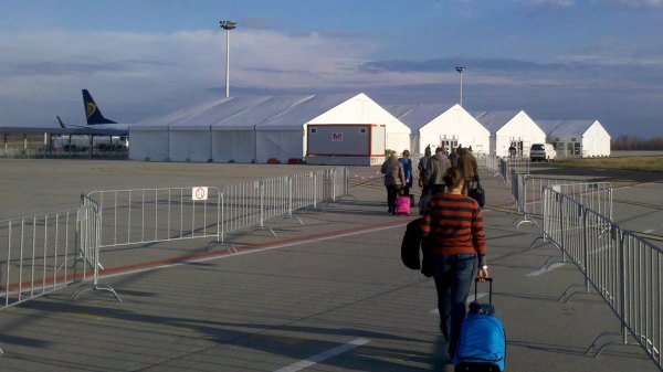 rynair boarding Budapest tents